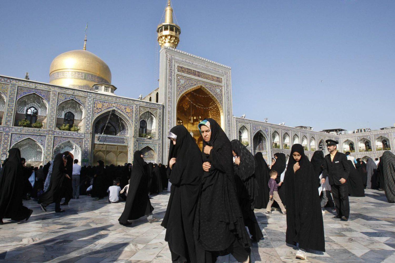 Ilustrativo: Mujeres musulmanas en el santuario del Imán Reza, el octavo imán de los musulmanes chiíes, después de la oración del Eid al-Fitr, que marca el final del mes sagrado de ayuno del Ramadán, en la ciudad de Mashhad, el 1 de septiembre de 2010. (AP Photo/Vahid Salemi)