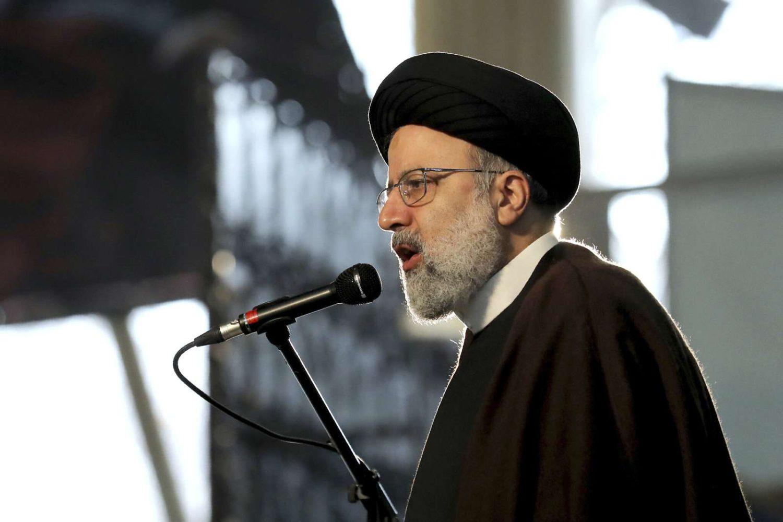 Ebrahim Raisi, Jefe del Poder Judicial de Irán, habla durante una ceremonia en el primer aniversario de la muerte del difunto general del Cuerpo de Guardias Revolucionarias de Irán (IRGC) Qassem Soleimani, en Teherán, Irán, 1 de enero de 2021. (AP Photo/Ebrahim Noroozi)