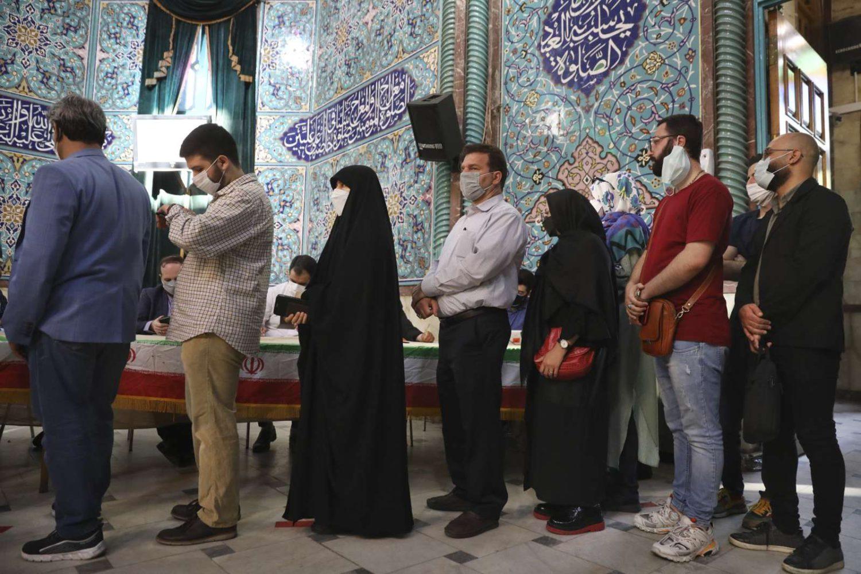 Los votantes hacen cola en un colegio electoral durante las elecciones presidenciales en Teherán, Irán, el 18 de junio de 2021 (AP Photo/Vahid Salemi)