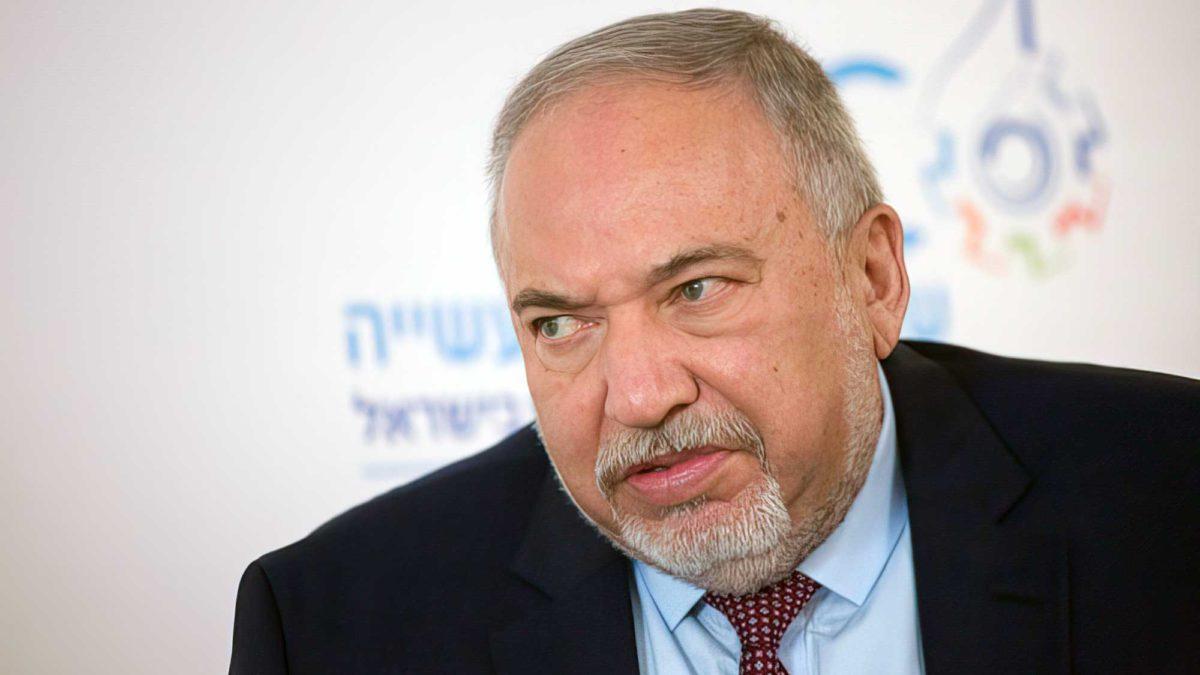 Ministro de Finanzas amenaza con dejar coalición si haredim se unen