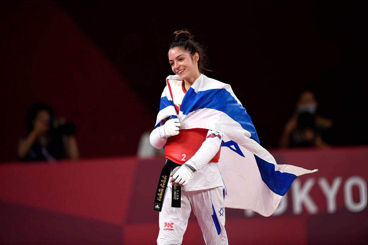 La israelí Avishag Semberg baja del ring después de derrotar a la turca Rukiye Yıldırım para ganar una medalla de bronce durante el combate de taekwondo femenino de 49 kg en los Juegos Olímpicos de Verano 2020, el sábado 24 de julio de 2021, en Tokio, Japón. (AP Photo/Themba Hadebe).