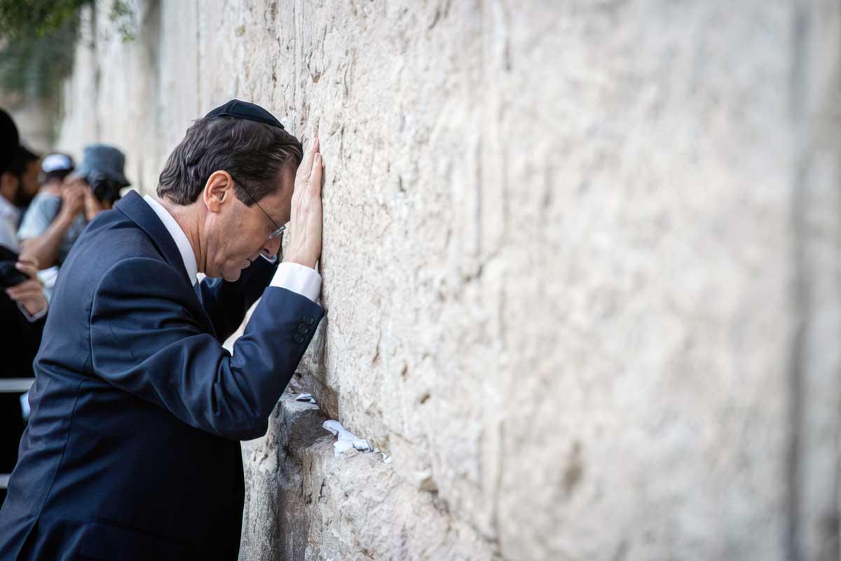 Herzog visita el Muro Occidental y llama a la unidad de los israelíes