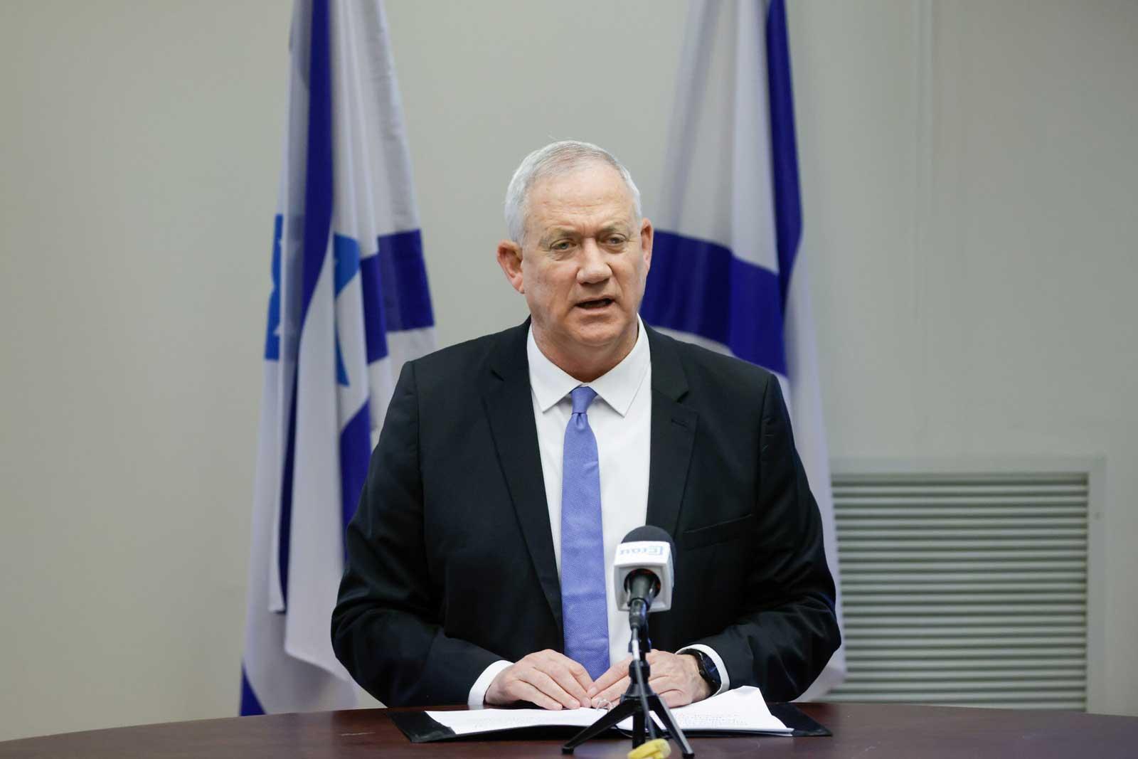 Ministro de Defensa israelí conversa con el presidente palestino Mahmoud Abbas