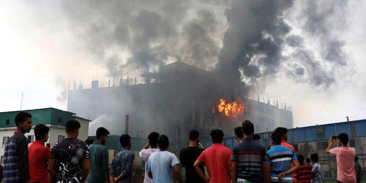 Incendio en fábrica de Bangladesh mata a 52 trabajadores
