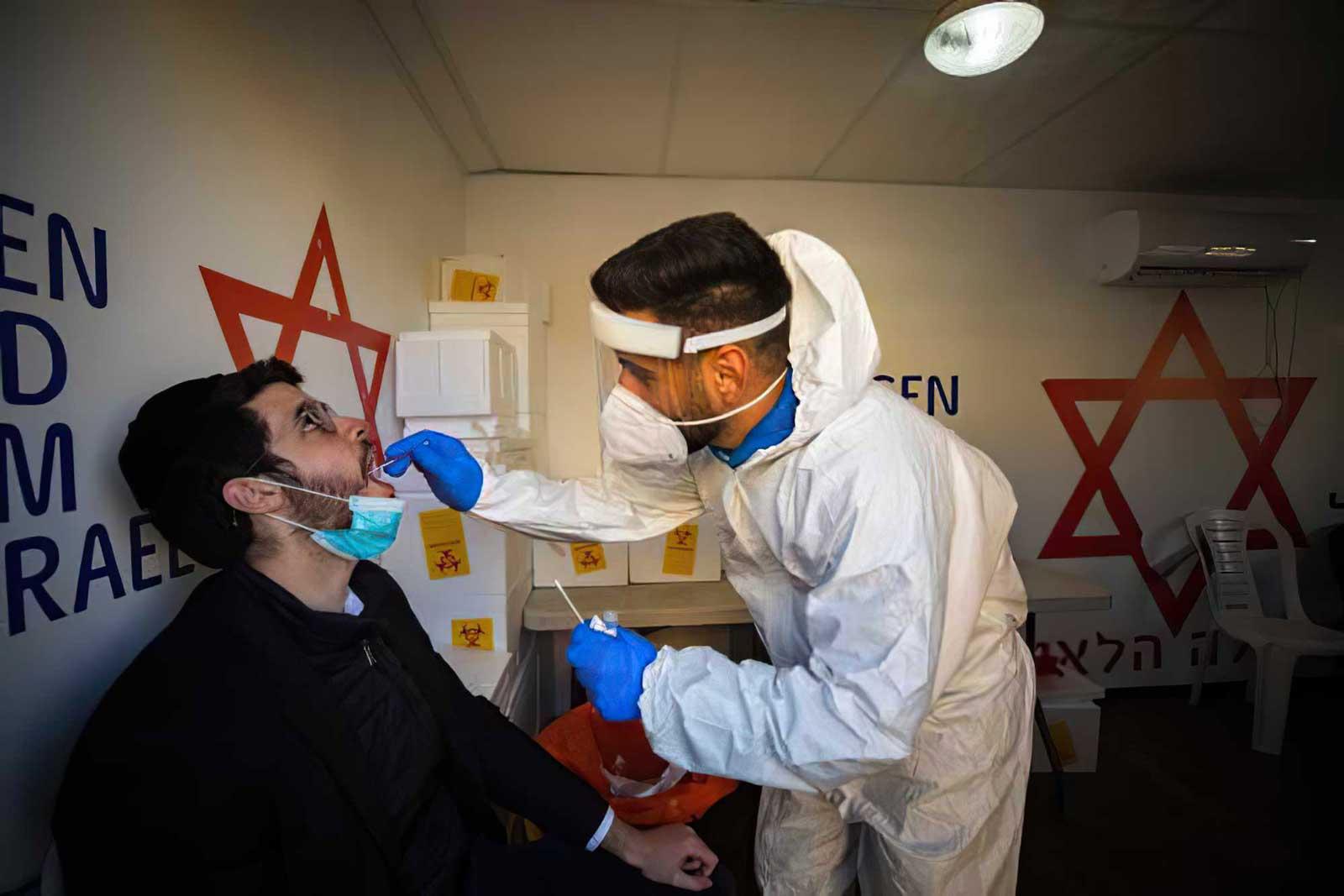 Hospitales israelíes reabren sus salas de coronavirus ante el aumento de casos graves