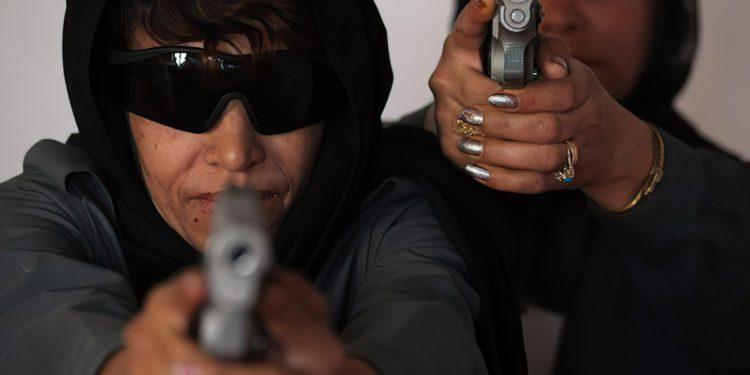 Mujeres afganas toman las armas y se manifiestan contra el avance de los talibanes