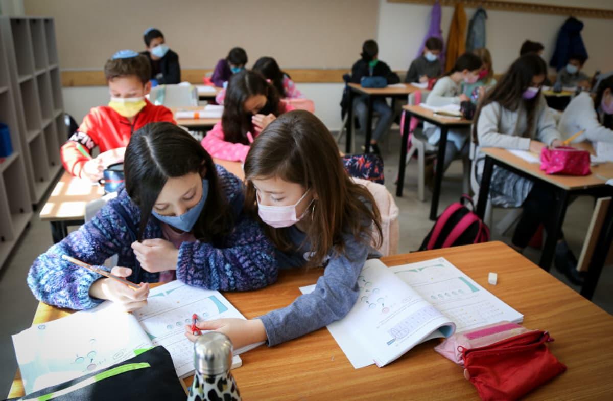 Estudiantes de Israel volverán a las aulas pese al aumento de casos de COVID