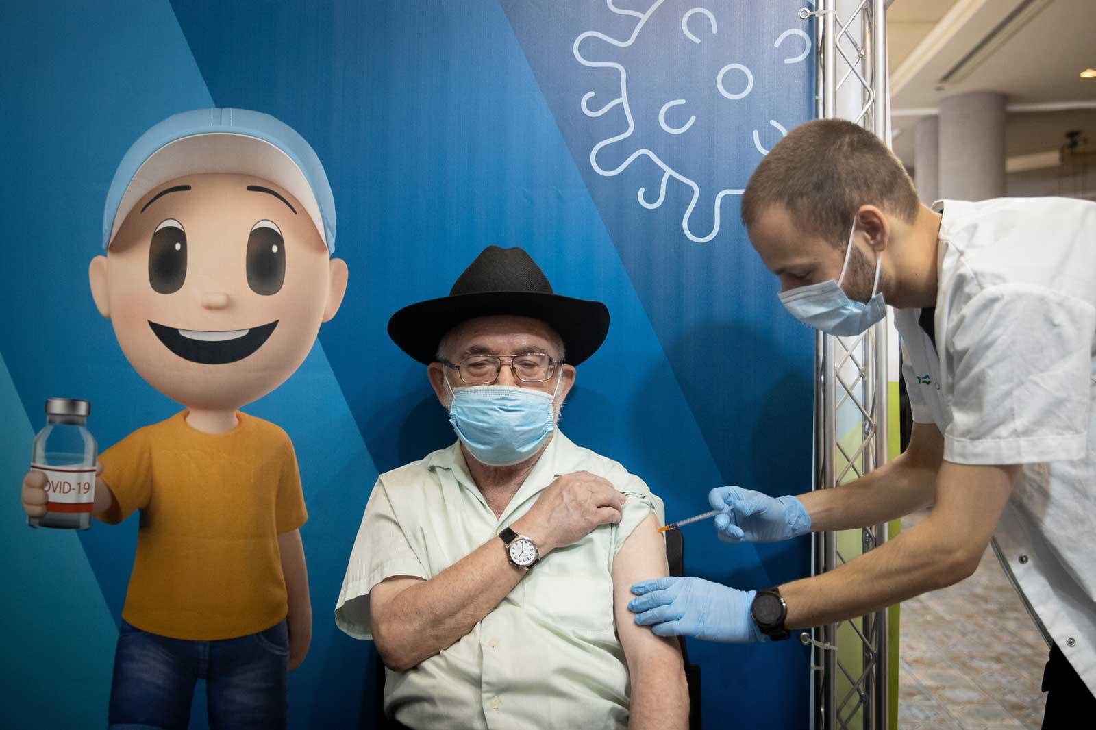 Panel de expertos recomienda que los israelíes mayores de 50 años se vacunen contra el COVID