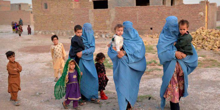 Los talibanes obligan a las mujeres afganas a abandonar sus profesiones