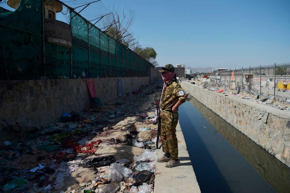 Kabul: afganos desesperados buscan a sus familiares desaparecidos tras los atentados de ISIS