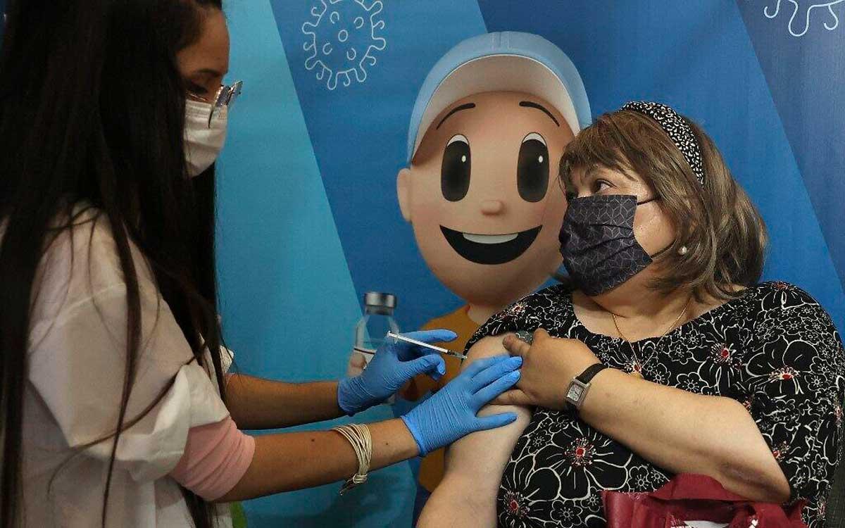 Israel es el primer país del mundo en ofrecer vacunas contra el COVID a mayores de 50 años