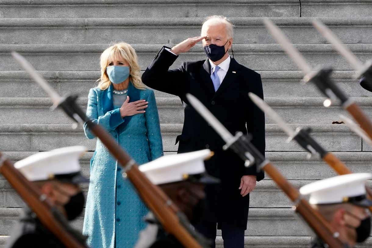 El presidente de EE.UU., Joe Biden, y su esposa, Jill Biden, asisten a una ceremonia de pase de revista militar en el frente este del Capitolio al término de las ceremonias de investidura, en Washington, el 20 de enero de 2021. (AP/J. Scott Applewhite)