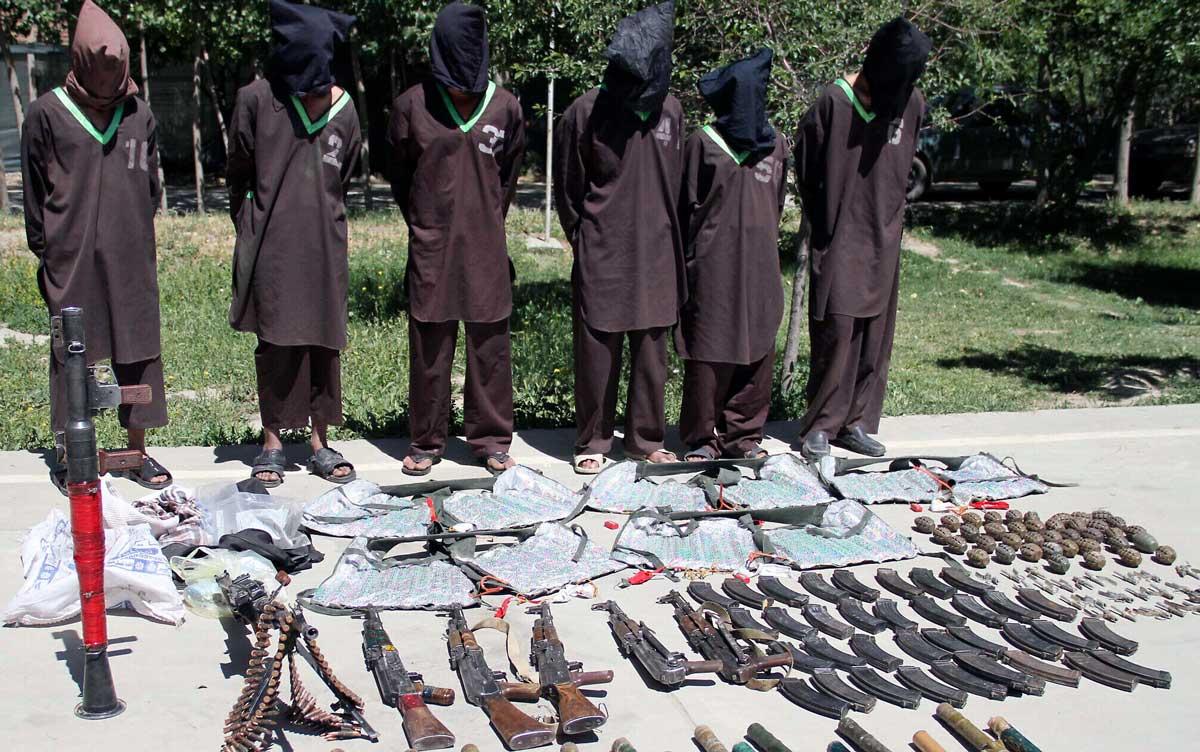En esta foto de archivo del 30 de mayo de 2013, insurgentes sospechosos de pertenecer a la red Haqqani son presentados a los medios de comunicación en la sede de la Dirección Nacional de Seguridad en Kabul, Afganistán. (Foto AP, archivo)