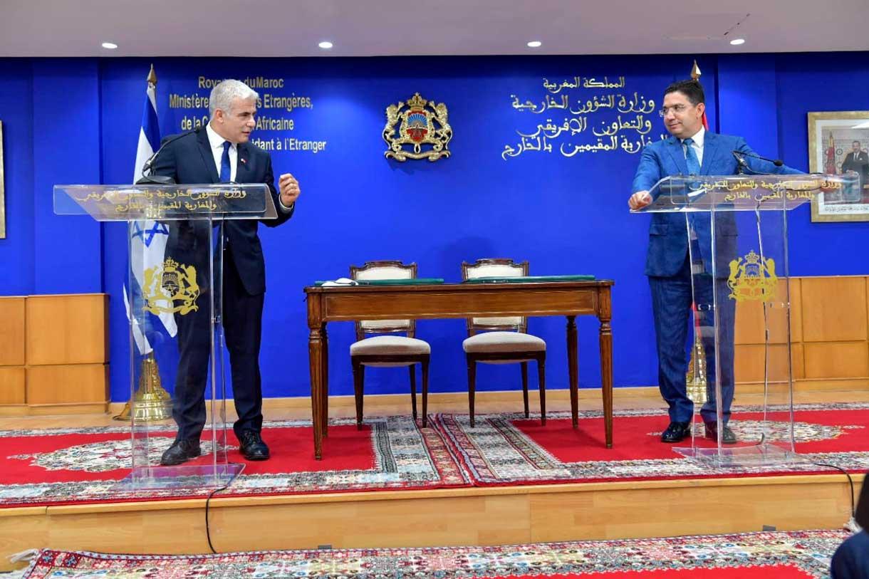 El ministro de Asuntos Exteriores Yair Lapid (izq.) y el ministro de Asuntos Exteriores marroquí Nasser Bourita (der.) hablan en Rabat, el 11 de agosto de 2021 (Shlomi Amsalem, GPO)