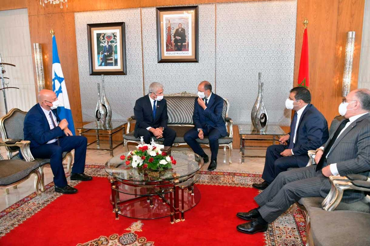 El ministro de Asuntos Exteriores, Yair Lapid, se reúne con el viceministro de Asuntos Exteriores de Marruecos, Mohcine Jazouli, en el aeropuerto internacional de Rabat-Sale, el 11 de agosto de 2021 (Shlomi Amsalem, GPO)