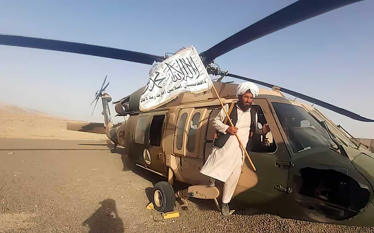 Los talibanes desfilan exhibiendo las armas de EE. UU. capturadas