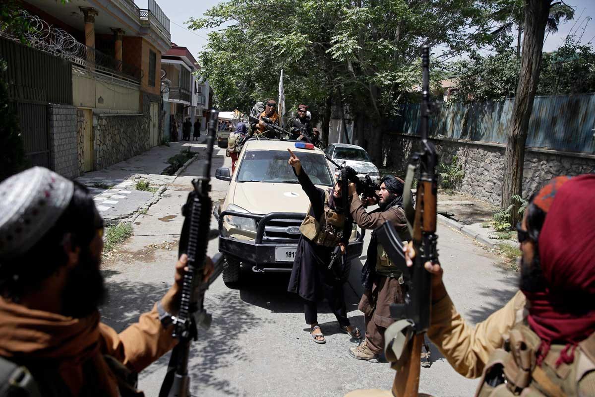 """Los talibanes dicen que buscan a los """"aliados de Occidente"""" casa por casa"""