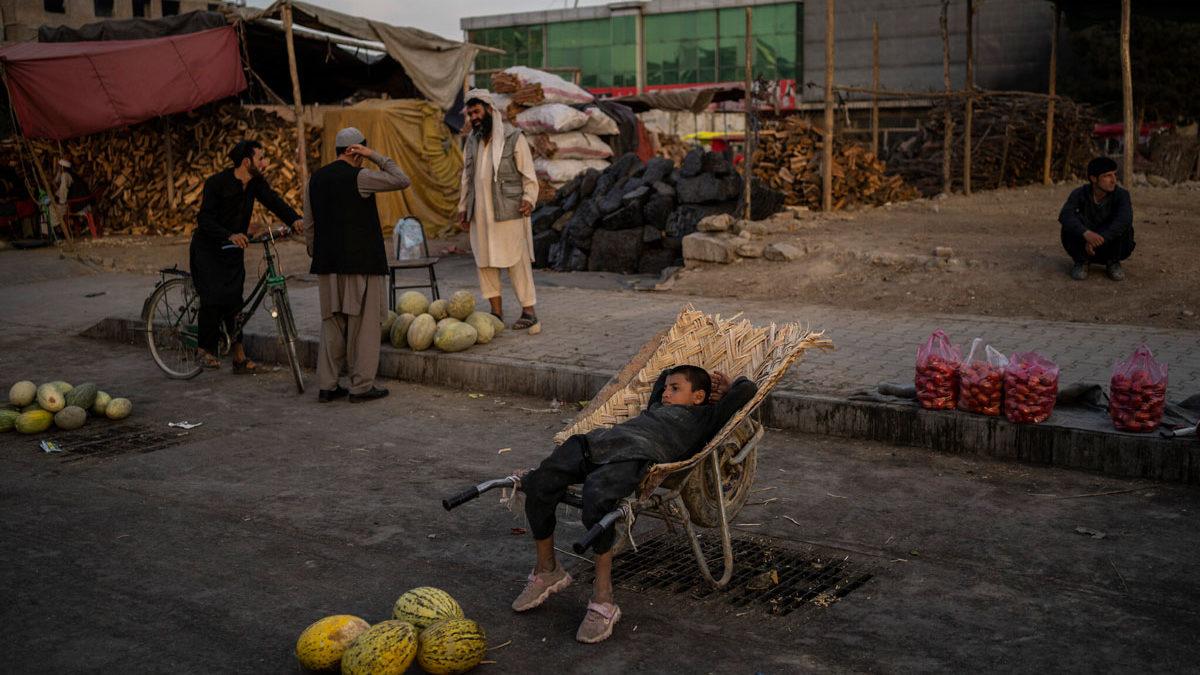 """ONU advierte una hambruna """"inminente"""" en Afganistán controlado por los talibanes"""