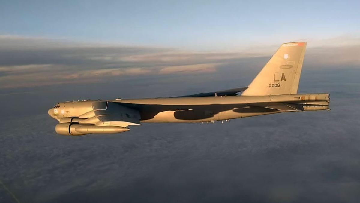 Un bombardero de la Fuerza Aérea de Estados Unidos es interceptado por los Su-35 rusos sobre el Océano Pacífico