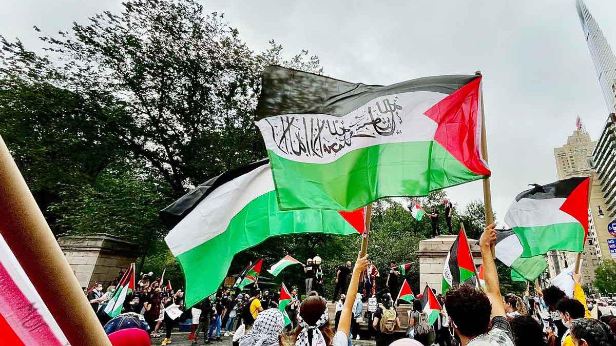 """Manifestantes de Nueva York enarbolan banderas palestinas y apoyan una """"intifada global"""""""