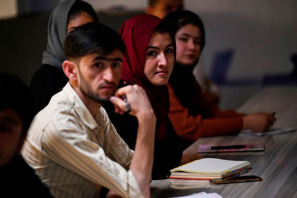 Las universidades afganas abren mientras los talibanes imponen nuevas restricciones