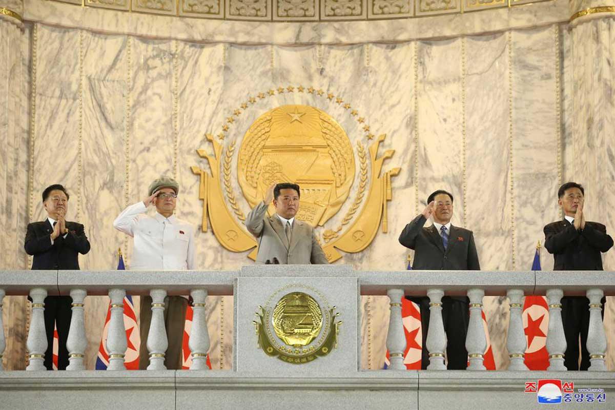 Corea del Norte realiza desfile militar nocturno sin misiles por el aniversario de su fundación