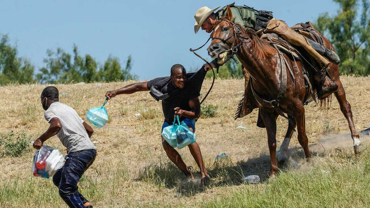 Guardia fronterizo estadounidense utiliza un látigo contra migrantes haitianos en Texas
