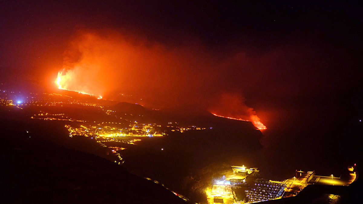 La lava del volcán de La Palma llega al océano Atlántico y libera gases tóxicos