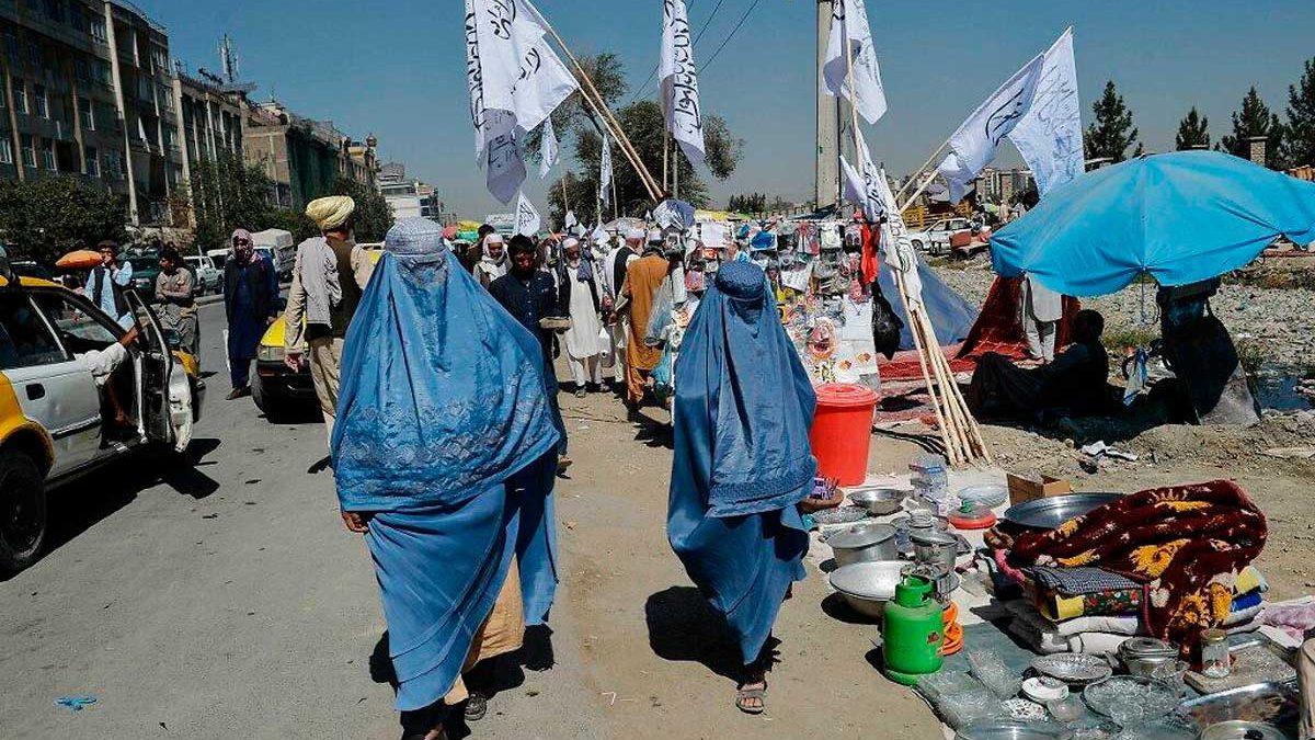 Talibanes exigen a las trabajadoras municipales de Kabul que se queden en casa