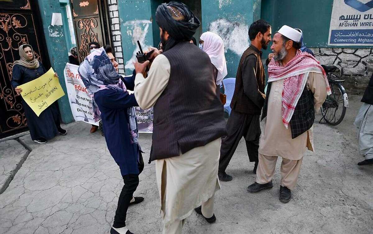 Talibanes ordenan a sus combatientes que abandonen las casas afganas que tomaron