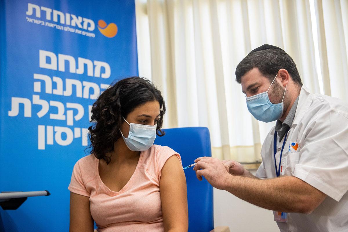 Más de un millón de israelíes que no recibieron la tercera dosis perderán el Pase Verde el domingo