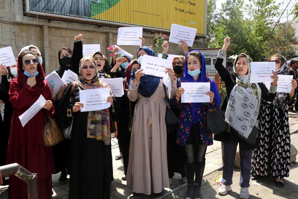 Las mujeres afganas exigen igualdad de derechos mientras los talibanes buscan reconocimiento