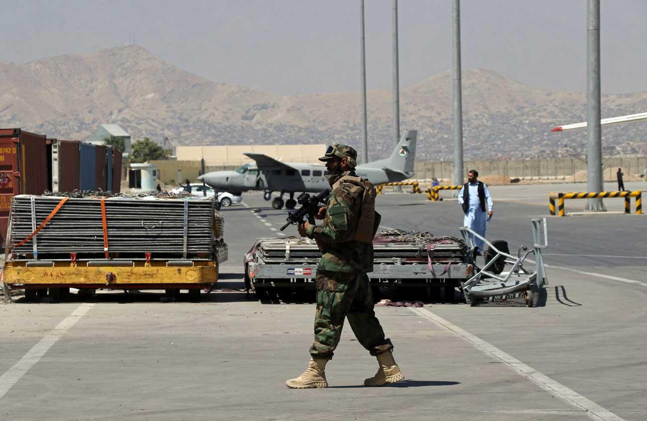 Decenas de extranjeros abordan un vuelo comercial desde Kabul