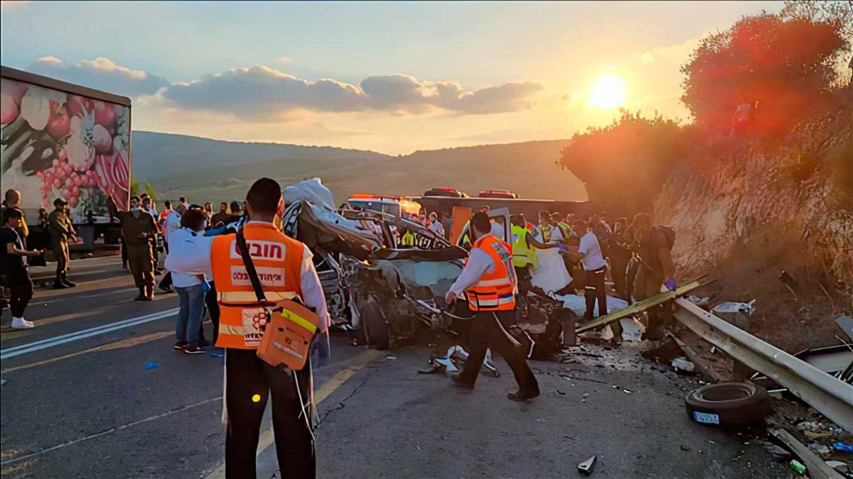 La policía investiga si el accidente de autobús mortal fue causado por un accidente anterior