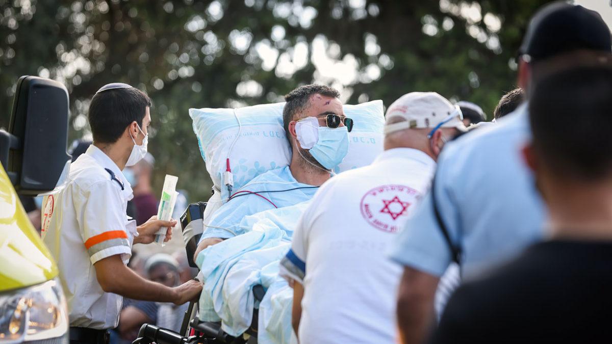 El padre que sobrevivió al accidente es llevado en camilla al funeral de su esposa y sus tres hijos