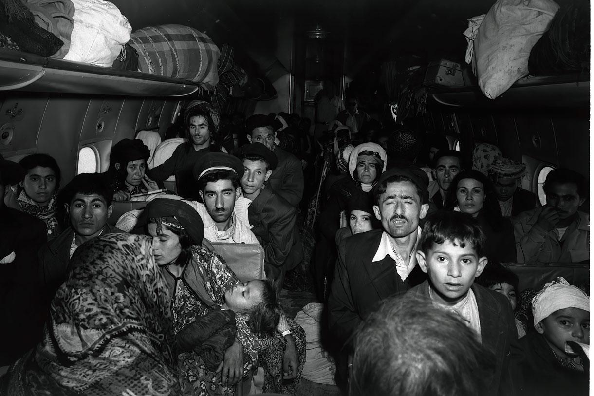 Judíos iraquíes llegan al aeropuerto de Lod, en Israel, el 1 de mayo de 1950. (GPO/Brauner Teddy)