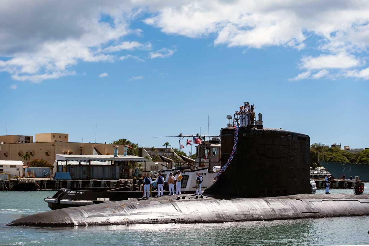 En esta foto proporcionada por la Marina de los Estados Unidos, el submarino de ataque rápido de clase Virginia USS Illinois (SSN 786) regresa a casa a la Base Conjunta Pearl Harbor-Hickam desde un despliegue en el área de responsabilidad de la 7ª Flota el 13 de septiembre de 2021. (Mass Communication Specialist 1st Class Michael B. Zingaro/U.S. Navy via AP)