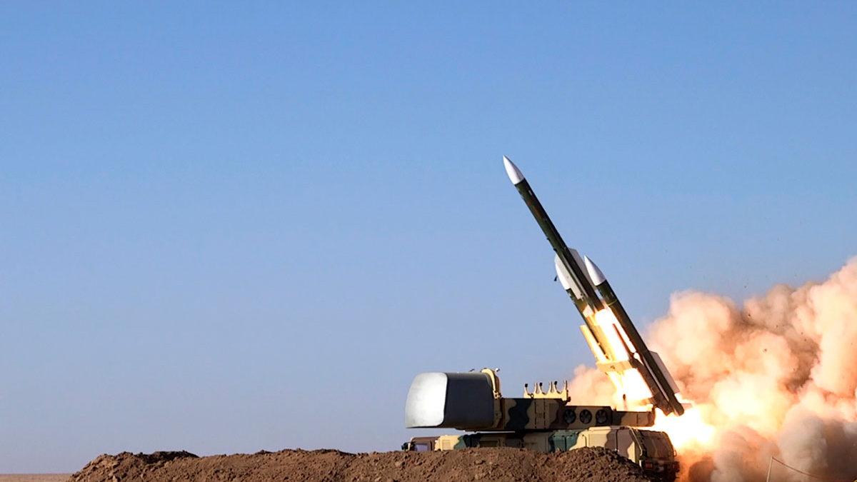 """Irán dice haber probado con éxito su sistema de defensa antimisiles para """"sitios vulnerables"""""""