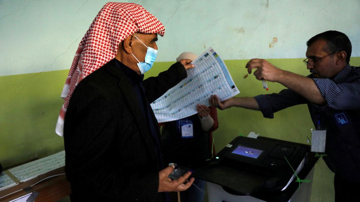 Iraquíes votan en las elecciones generales: una prueba para el sistema democrático