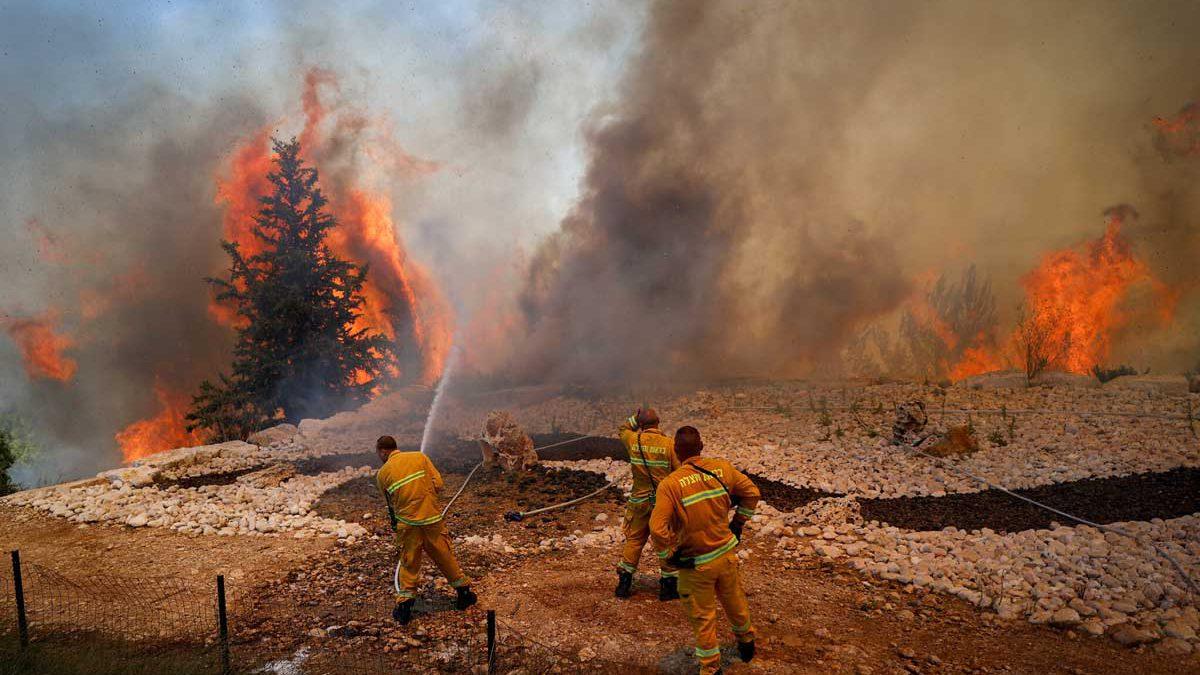 Los bomberos luchan contra un incendio forestal cerca de Beit Shemesh