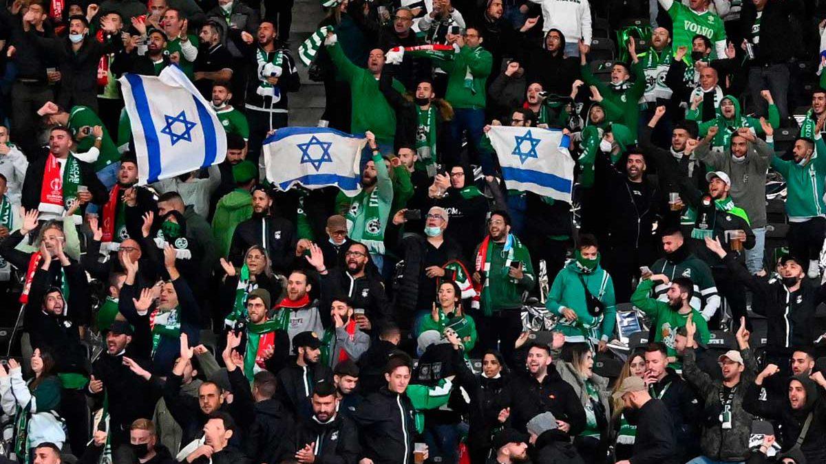La UEFA investiga los insultos antisemitas contra fanáticos israelíes en un estadio de Berlín