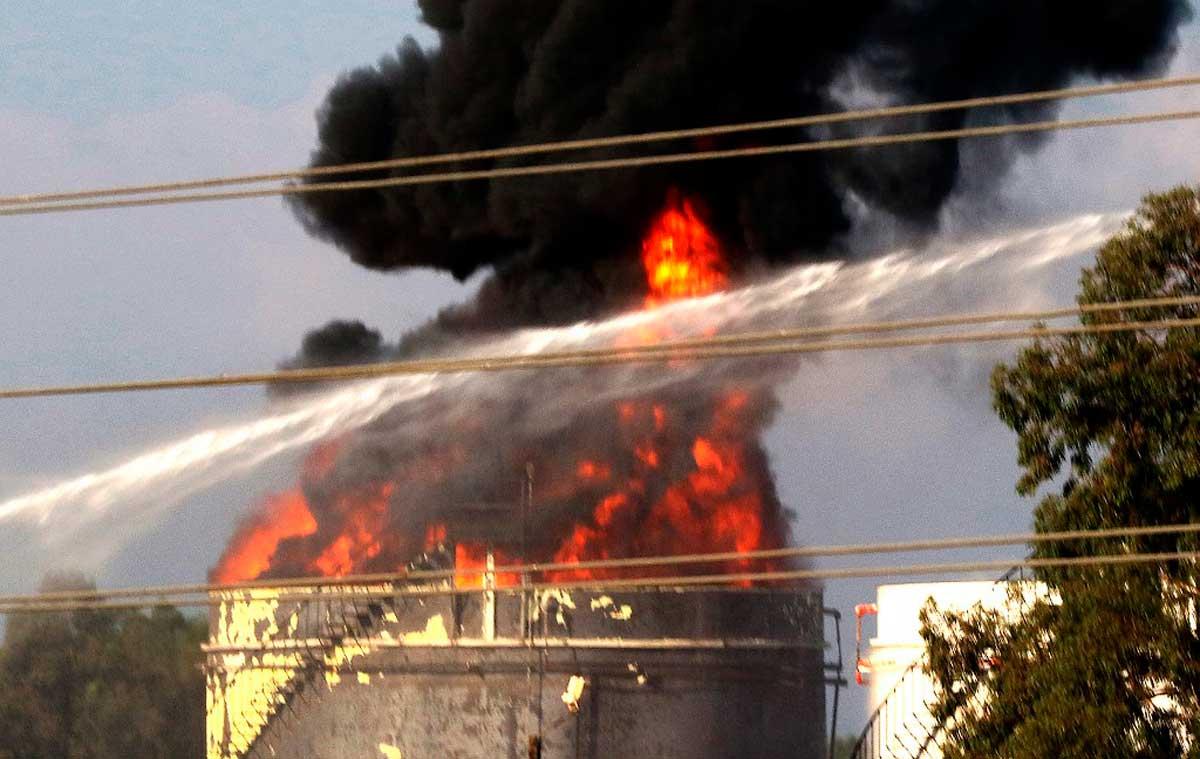Bomberos del Líbano apagan un gran incendio en un depósito de combustible