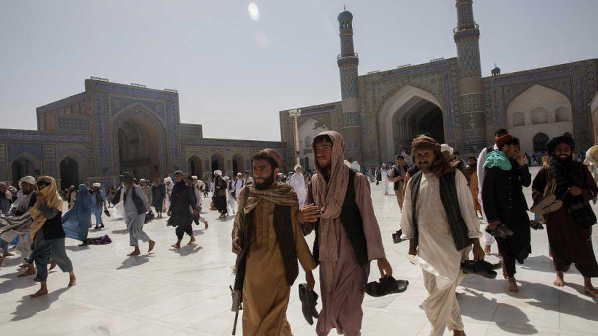 Más de 100 muertos en atentado suicida en mezquita de Afganistán