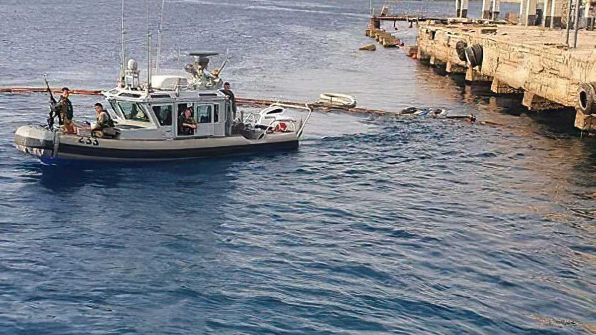 Buque naval atracado cerca de Eilat vierte petróleo en el Mar Rojo