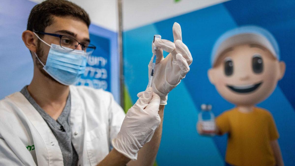 El 7% de los casos graves de COVID en Israel recibió tres vacunas