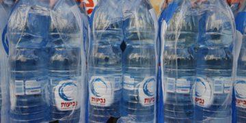 Neviot retira del mercado algunas botellas de agua de medio litro por infección