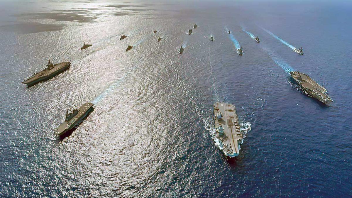Grupos de ataque de portaaviones aliados operan juntos en el Mar de Filipinas